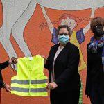 Stadt verteilt Warnwesten an Grundschulen